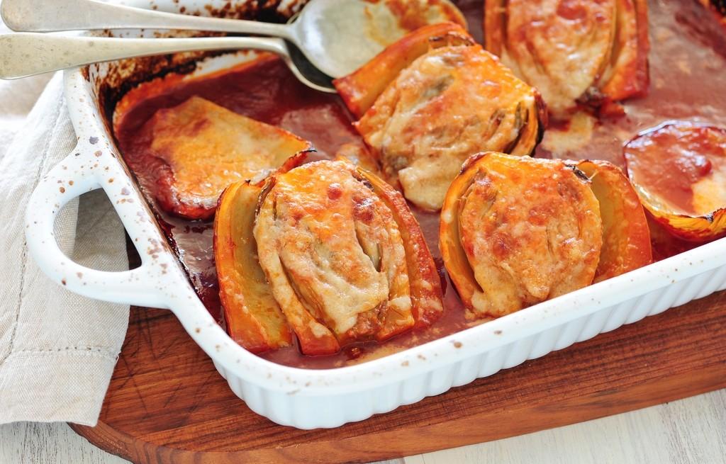 Brukselka zapiekana z awokado i serem w sosie chili