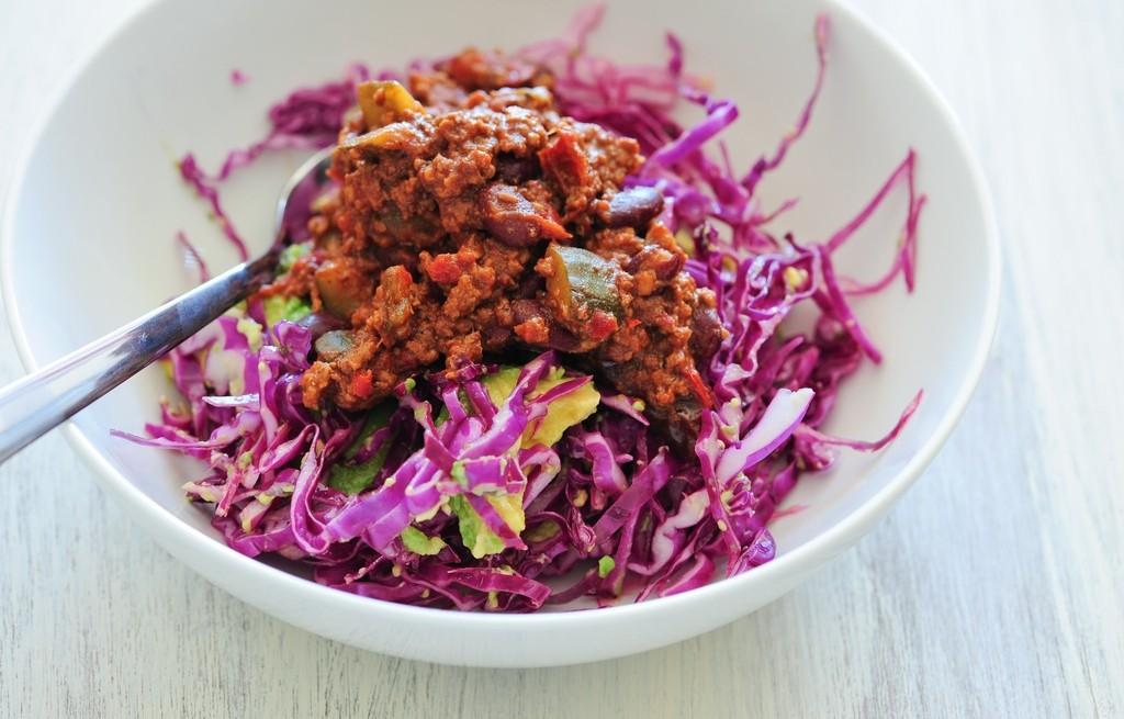 Sałatka warzywna z awokado i pastą chili