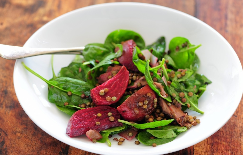 Sałatka warzywna z soczewicą i jagnięciną
