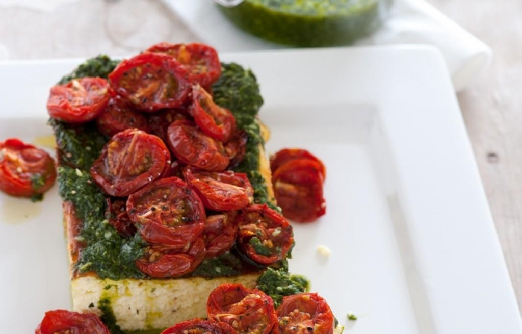Twaróg zapiekany z pesto i pomidorami