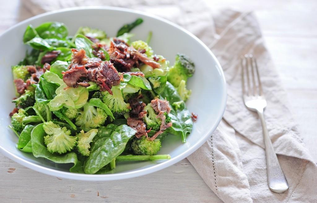 Sałatka z brokuła, szpinaku i wołowiny