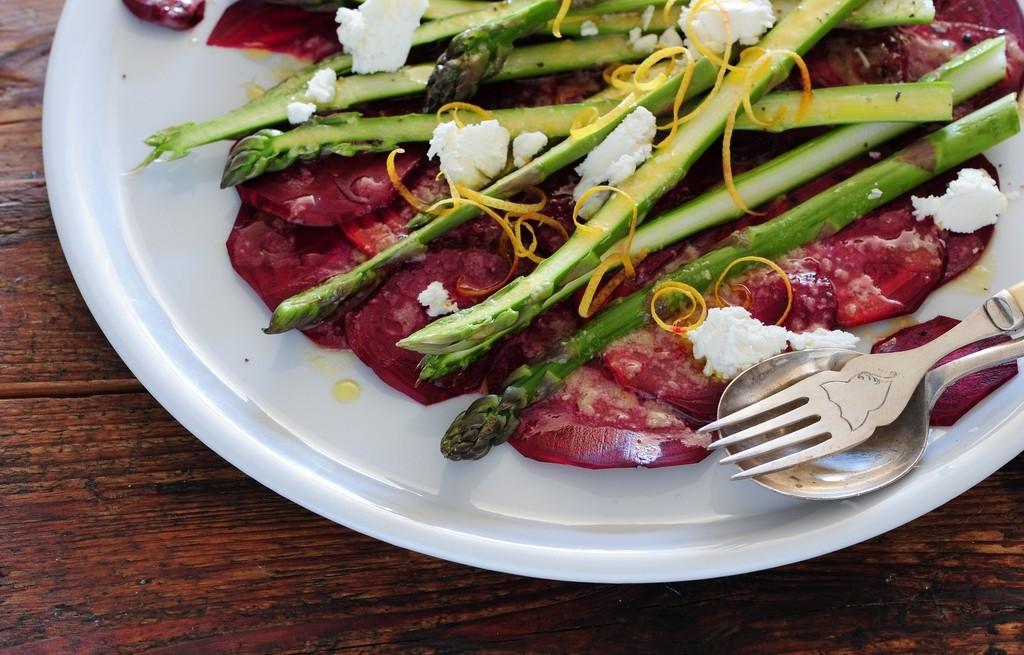 Szparagi z kiełbasą i serem