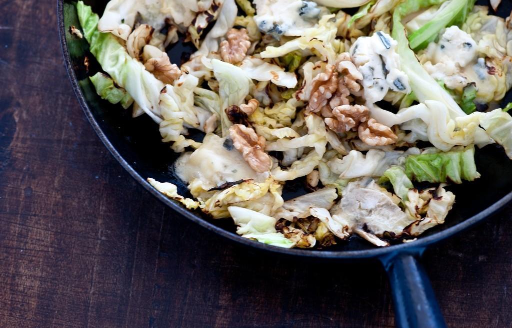 Kapusta z gorgonzolą i orzechami