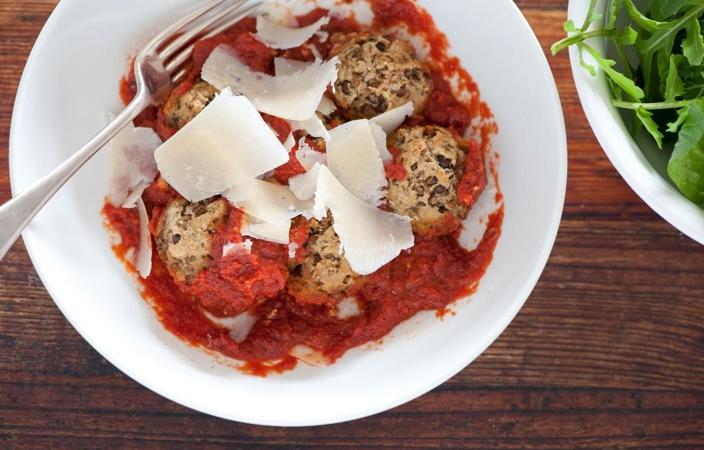 Pulpety z soczewicy i migdałów w sosie pomidorowym