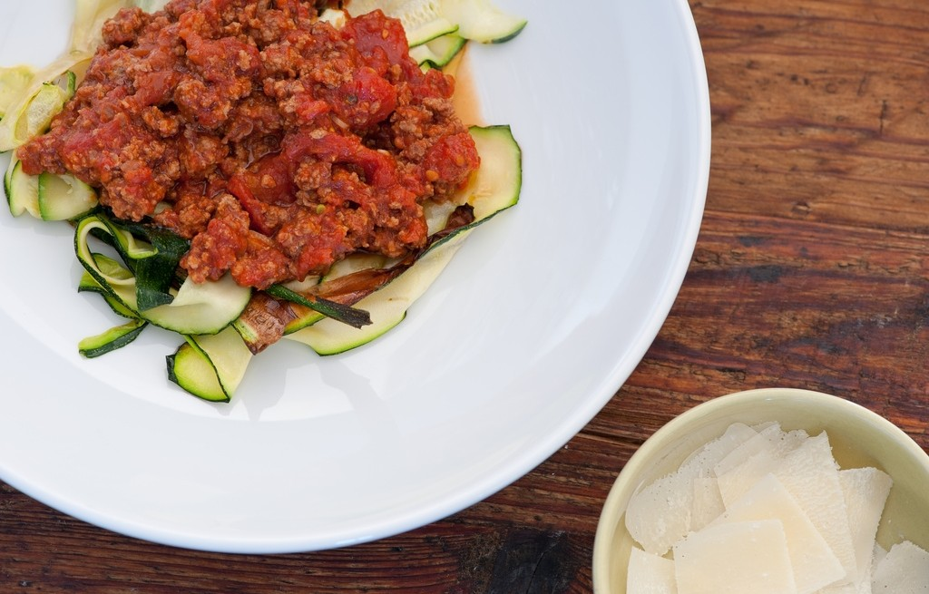 Cukinia z wołowiną, pomidorami i parmezanem