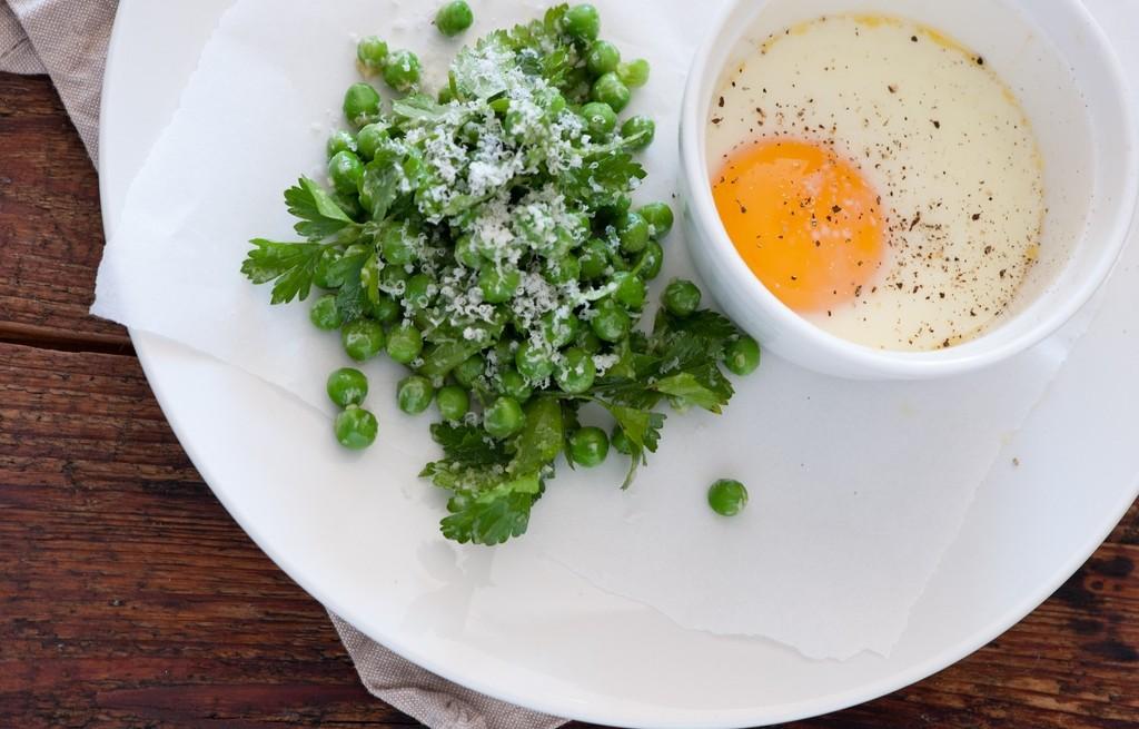 Jajka sadzone z groszkiem, parmezanem i pietruszką