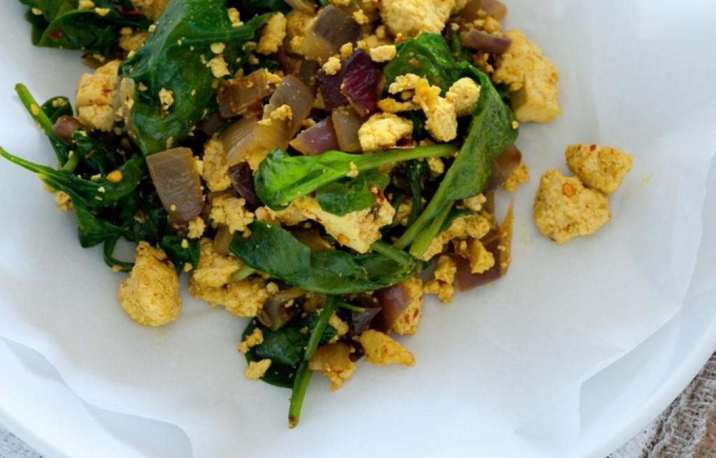 Tofu z jajecznicą, curry i szpinakiem