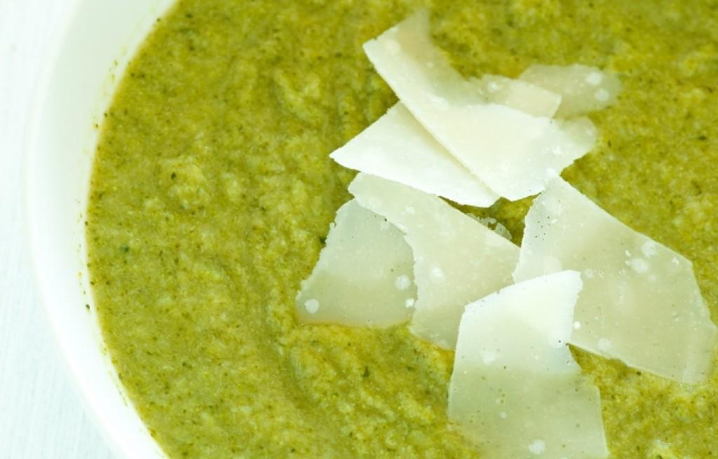 Zupa miks brokułowo-orzechowa z parmezanem