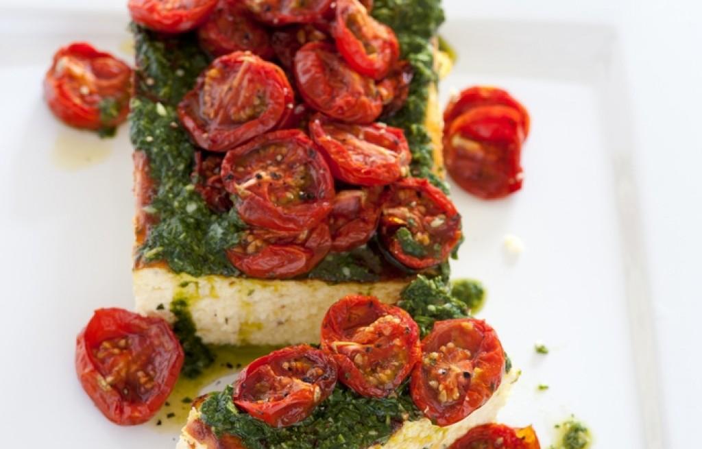 Ricotta zapiekana z pomidorami, orzechami i bazylią