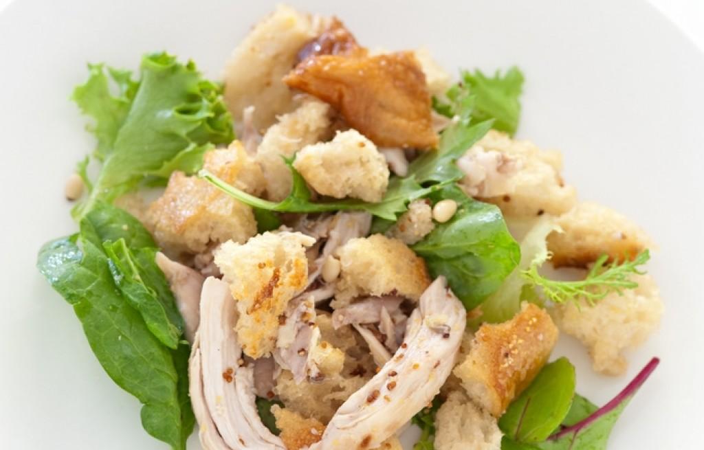 Kurczak z grzankami, orzechami i warzywami
