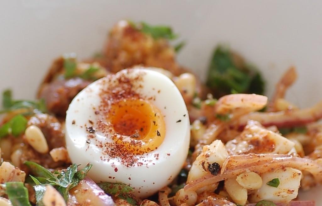 Sałatka z jajek, orzeszków i oliwek