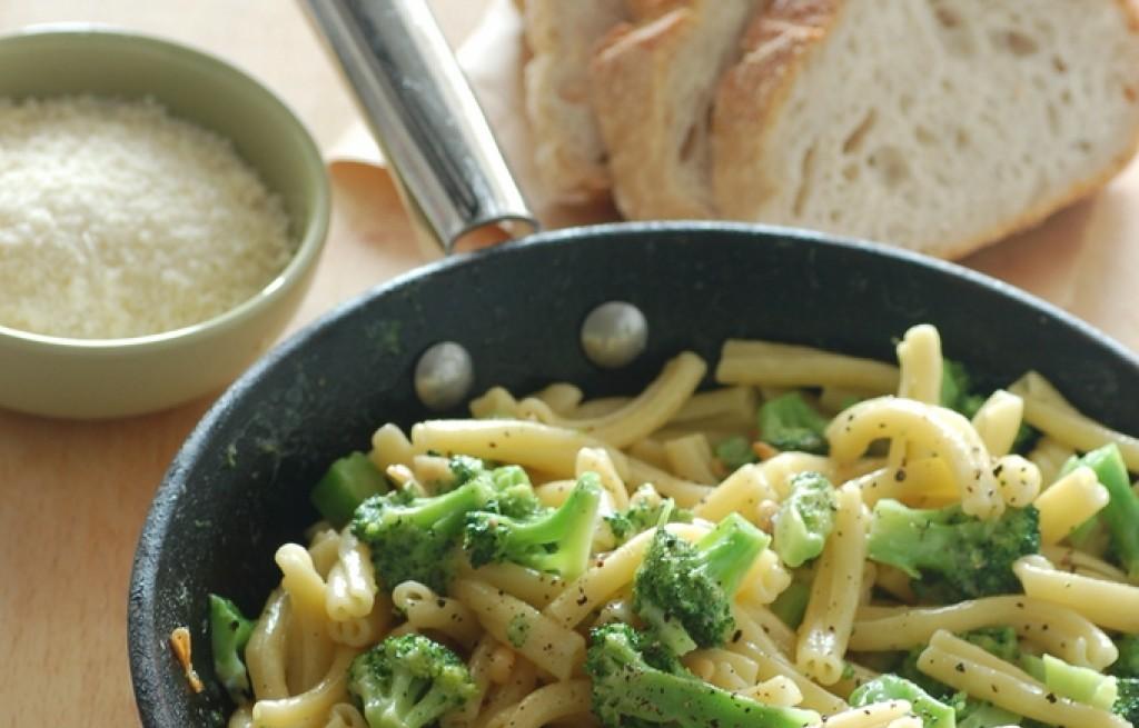 Casarecce z brokułem, parmezanem i orzechami