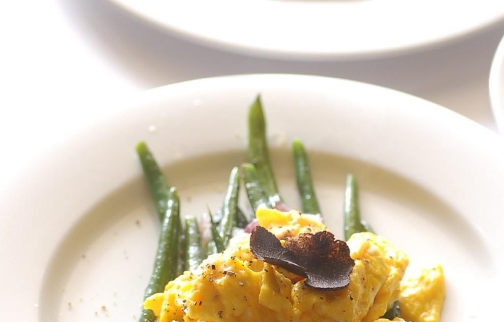Fasola z jajecznicą, cebulą i truflami