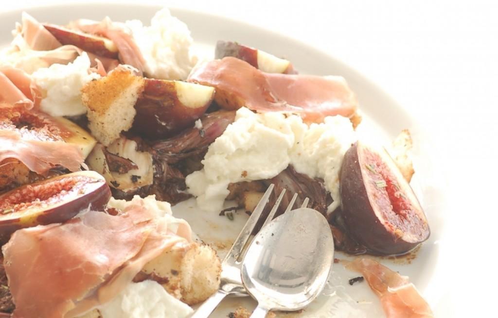 Sałatka figowa z szynką, cykorią serem i grzankami