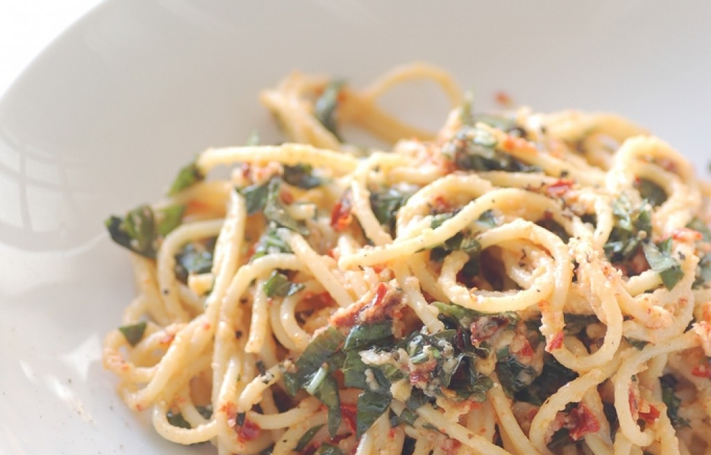 Spaghetti z bazylią, chili i parmezanem