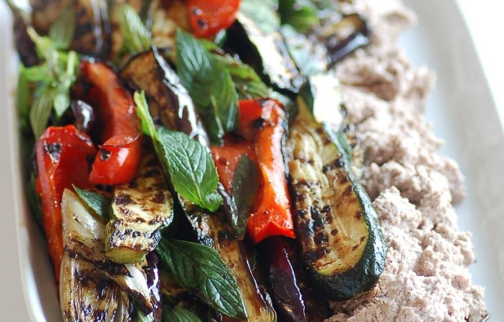 Warzywa grillowane z puree z fasoli i orzechów