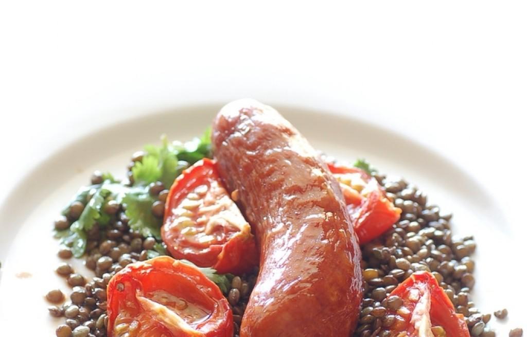 Kiełbasa z soczewicą i pomidorami