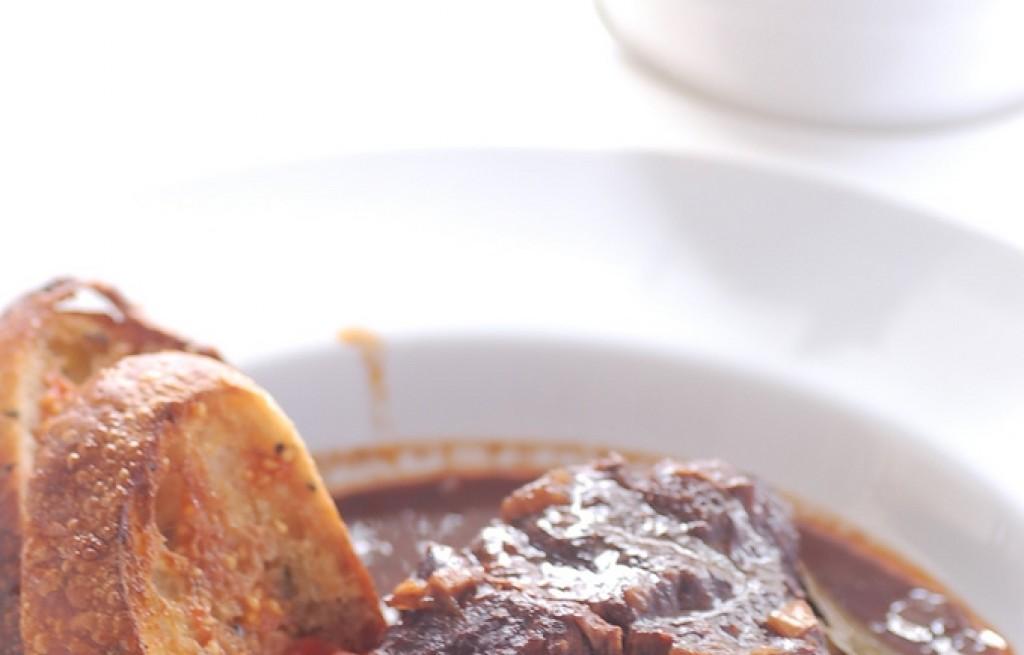 Policzki wołowe z oliwkami, grzankami i sałatką z sardeli