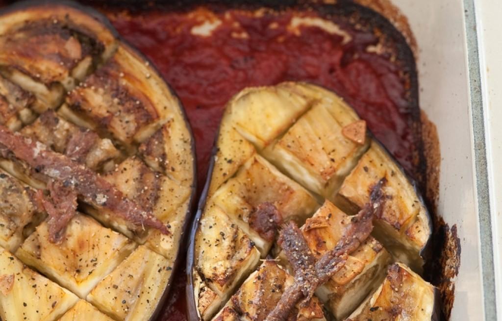 Bakłażan pieczony w pomidorach z orzechami i szynką