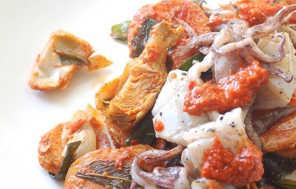 Kalmary z brukselką, szalwią i pastą harissa