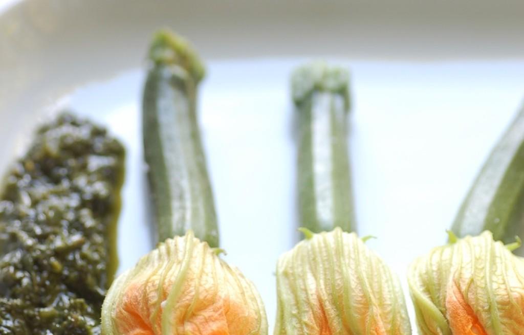 Kwiaty cukinii nadziewane serem z pesto