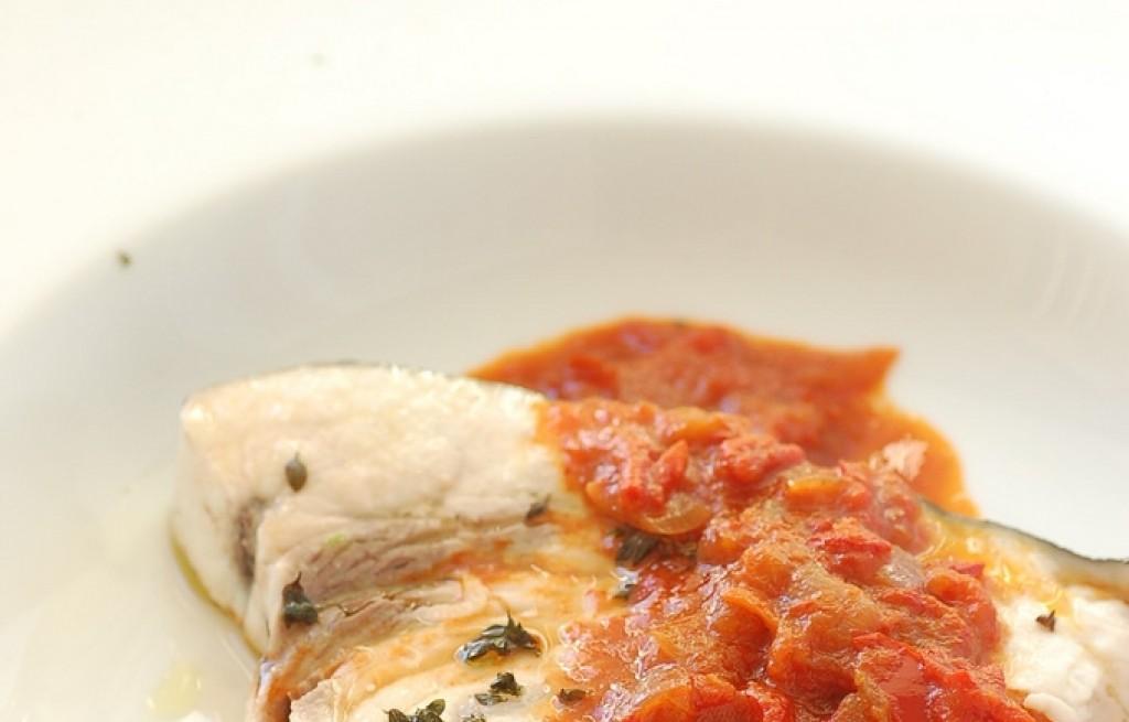 Miecznik w sosie pomidorowo-paprykowym