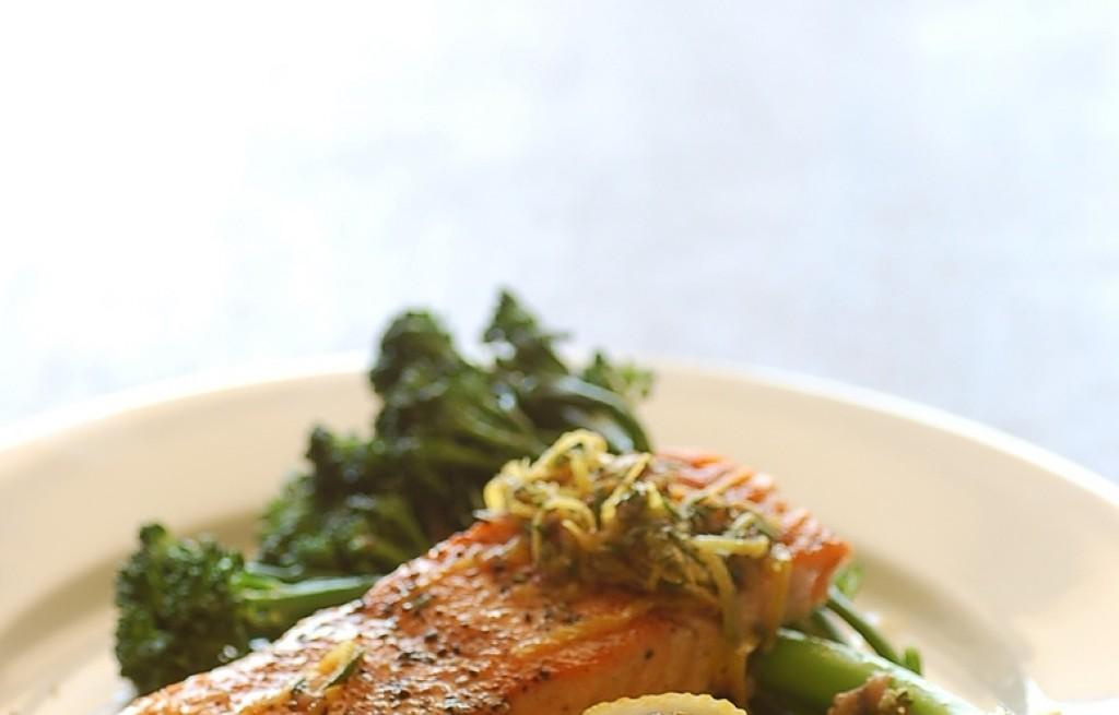 Łosoś z kaszą manną, brokułem, cytryną i rozmarynem