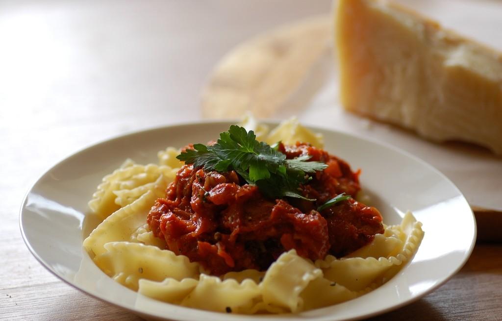 Pappardelle z kiełbasą i sosem pomidorowym