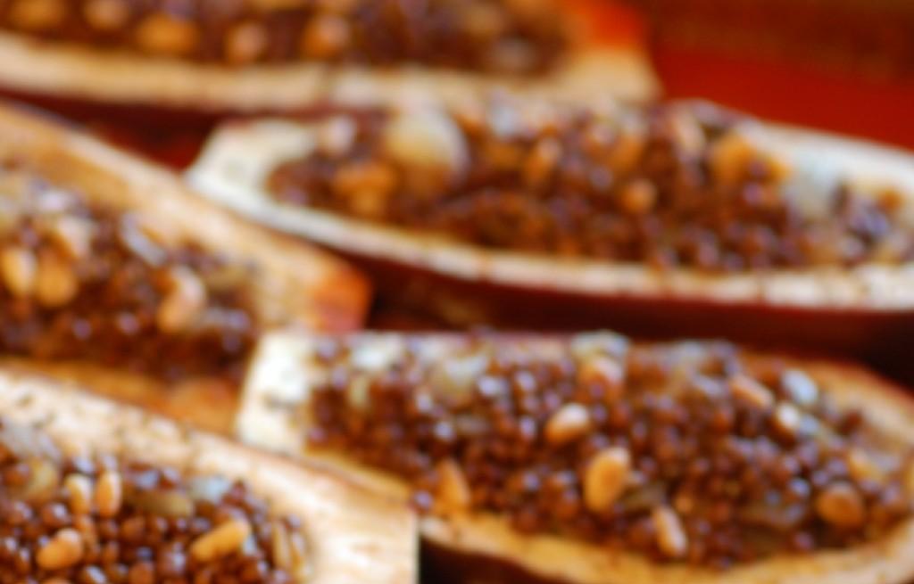 Bakłażany zapiekane z soczewicą, orzechami i sosem chili