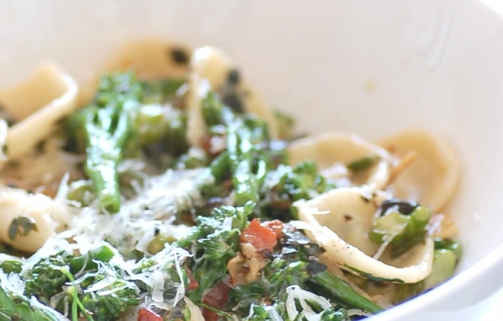Orecchiette z brokułem, boczkiem i parmezanem
