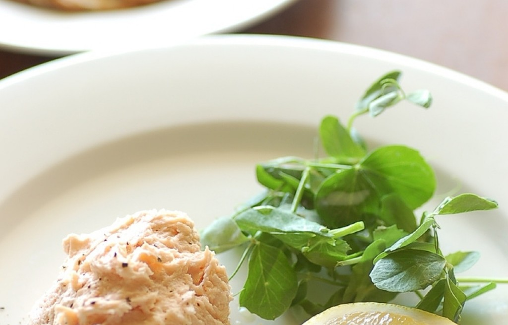 Pasta serowo-łososiowa z chipsami ziemniaczanymi