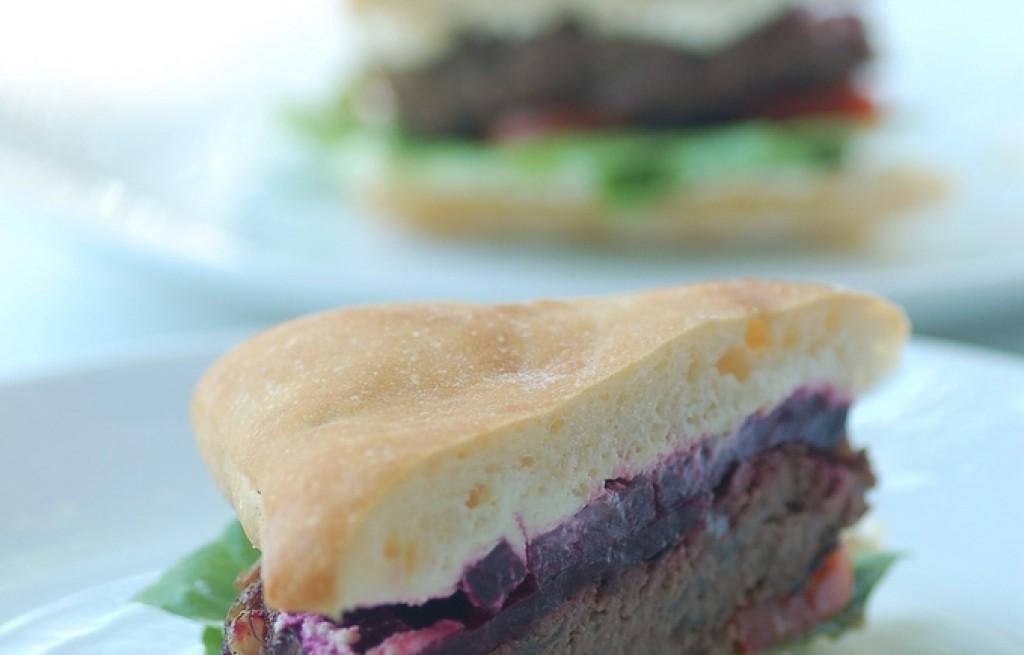Burger z pitą, buraczkami sosem chrzanowo-śmietanowym