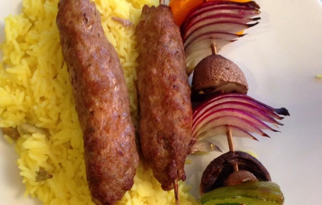 Kebab z serem, ryżem, grillowanymi warzywami oraz grzybami