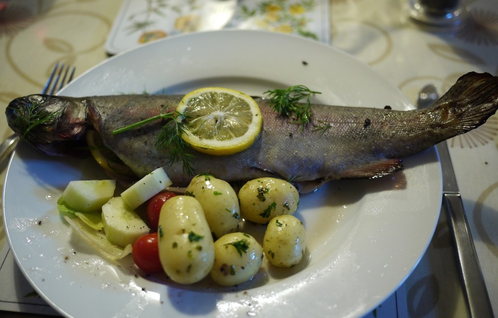 Pstrąg gotowany na parze z pieczarkami i warzywami