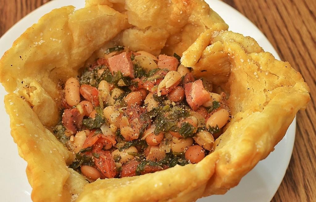 Frybread z fasolą, pomidorami, boczkiem i szynką