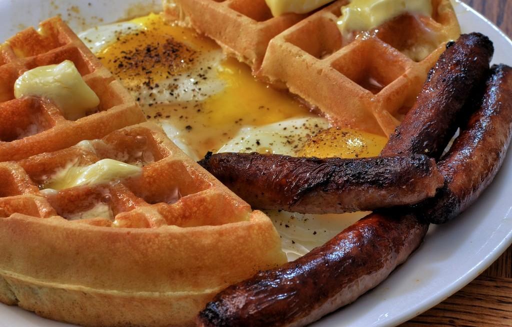 Gofry z masłem, miodem, jajkiem i parowką