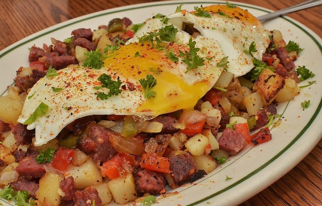 Warzywa smażone z kiełbasą i jajkami