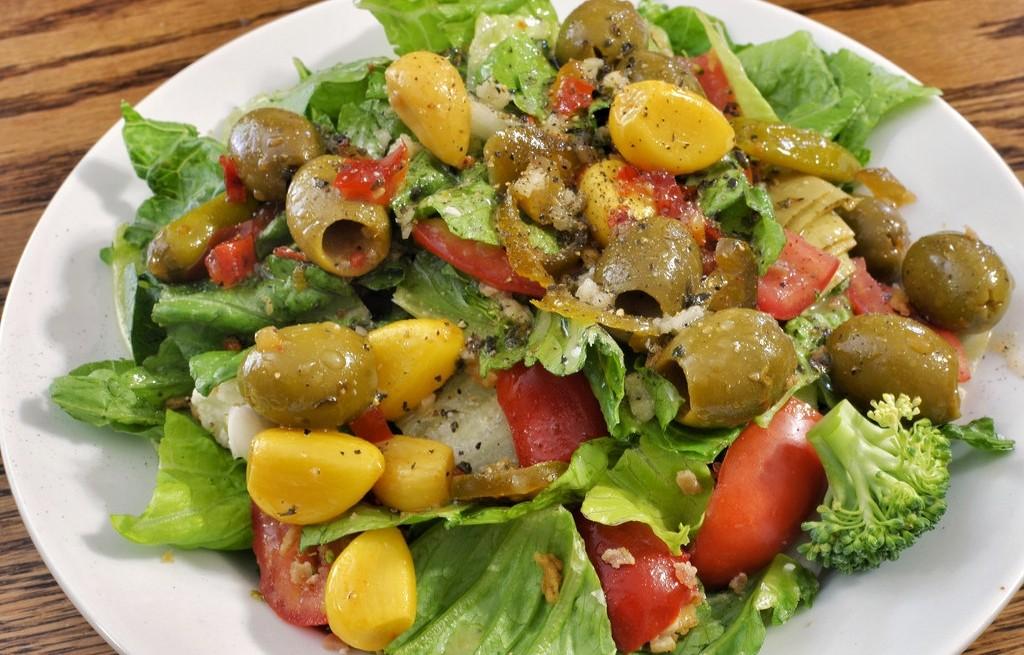 Sałatka warzywna z serem i czosnkiem