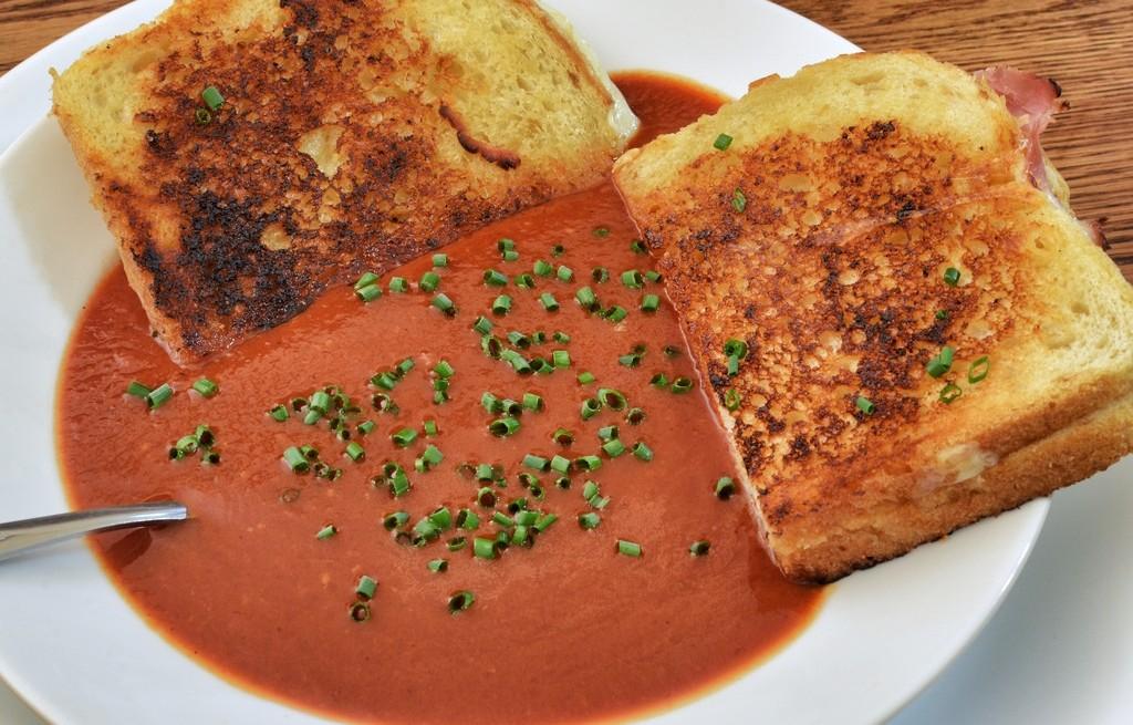 Grzanki z zupą pomidorową mix