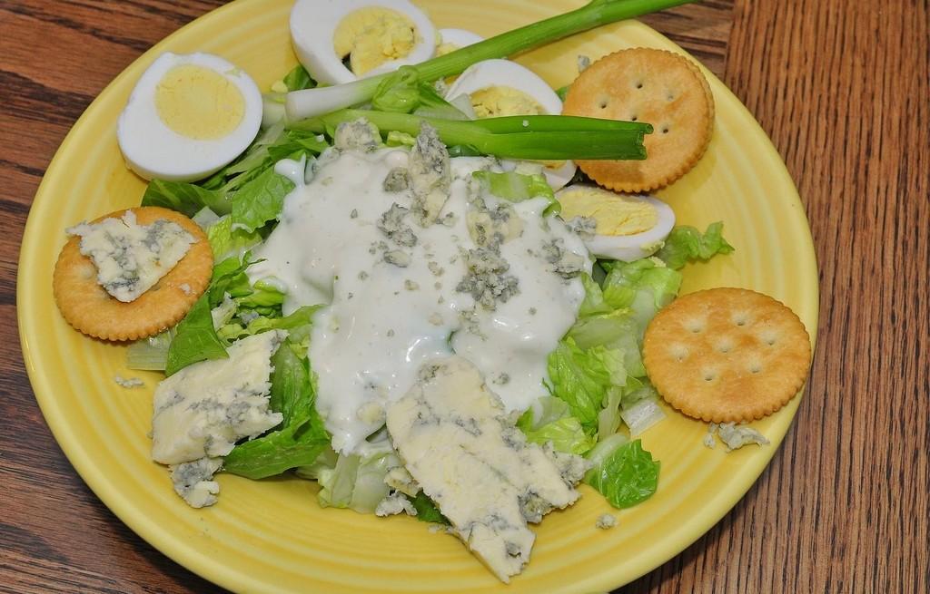Sałatka z serem, jajkami, jogurtem i krakersami