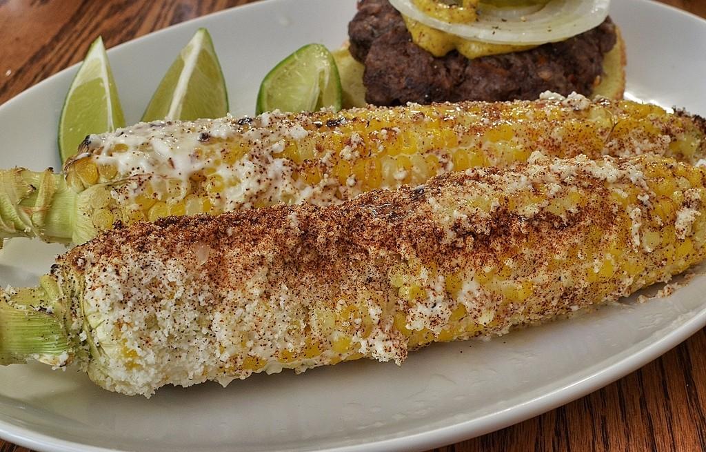 Kukurydza pieczona z grzankami i kotletami