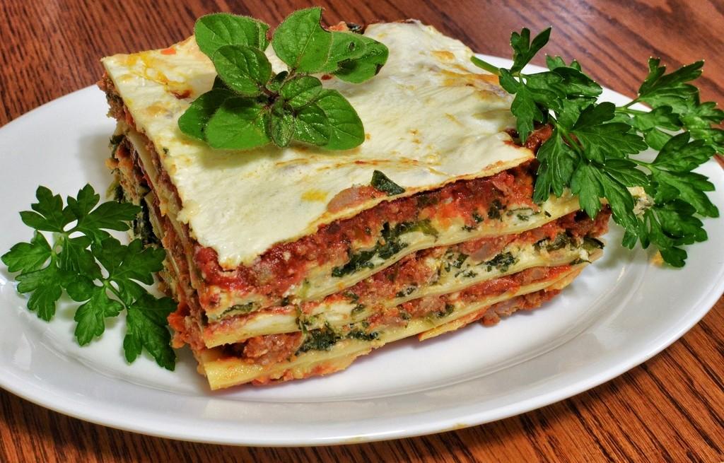 Lasagne z pomidorami, serem i szpinakiem