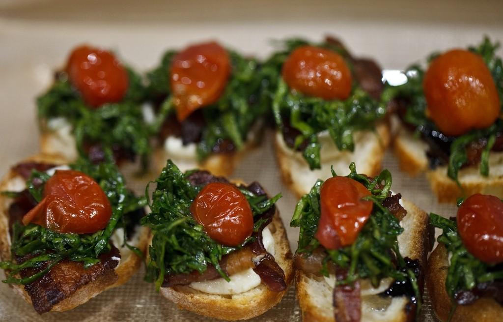 Grzanki z mozarrellą, szpinakiem, boczkiem i pomidorami