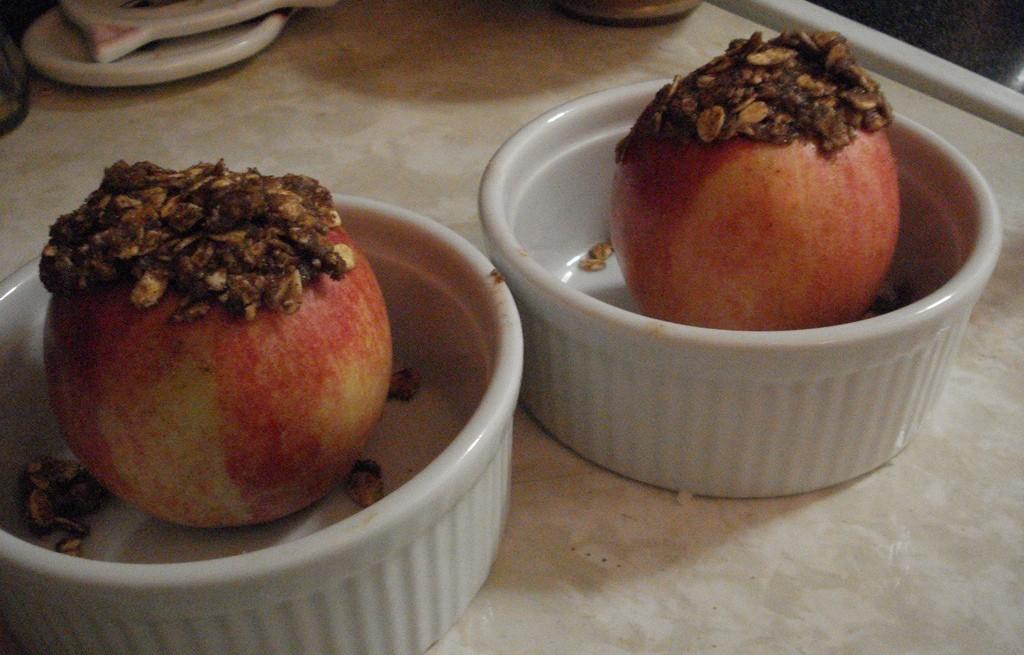 Jabłka pieczone z rodzynkami, orzechami i płatkami owsianymi