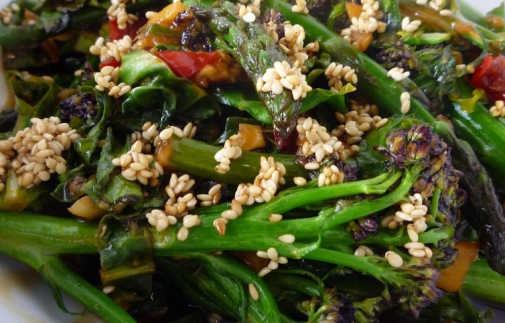 Brokuł fioletowy ze szparagami, chili i sezamem