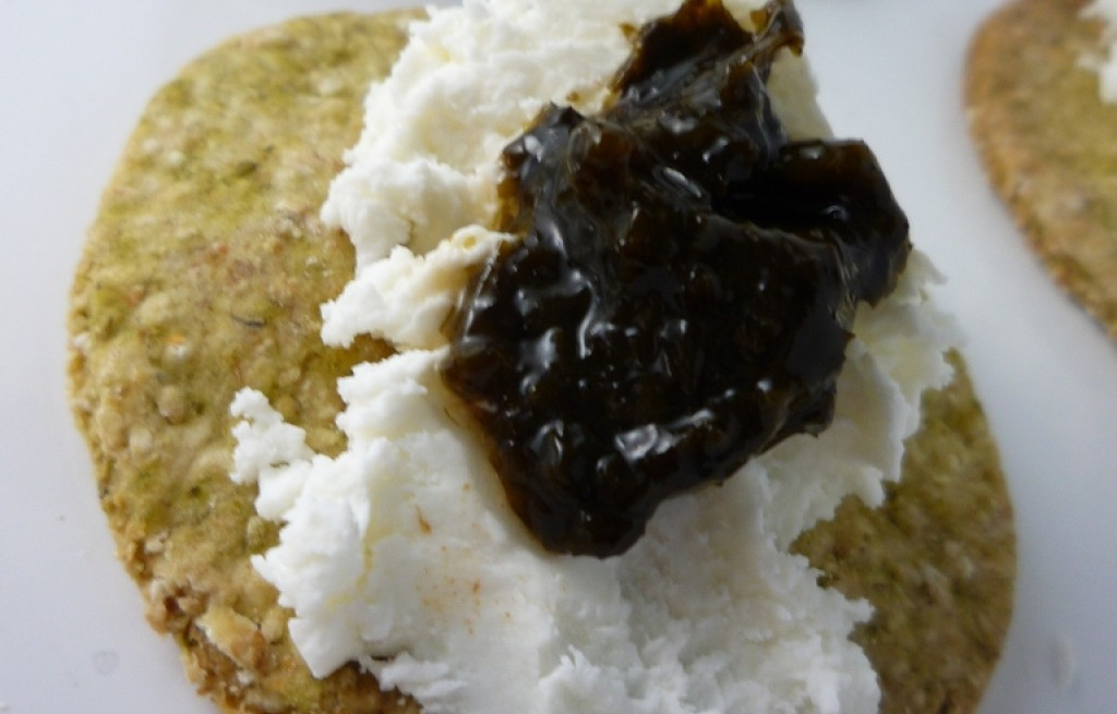 Ciastka owsiane z algami morskimi, serem i żurawiną