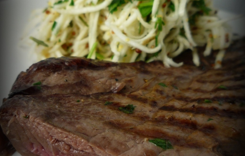 Stek z sałatką z selera