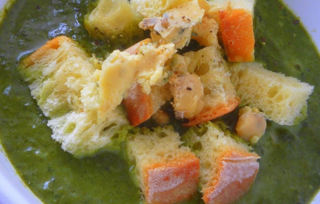 Zupa szpinakowa z serem i chlebem