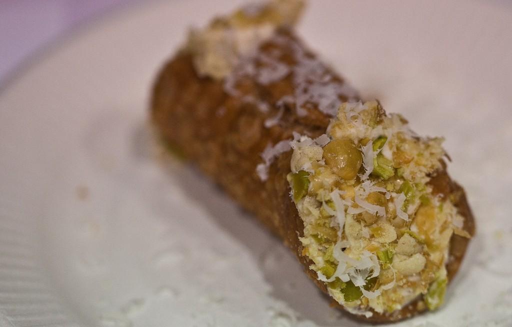 Cannoli nadziewane  z cieciorką, korniszonem, serem i bagietką