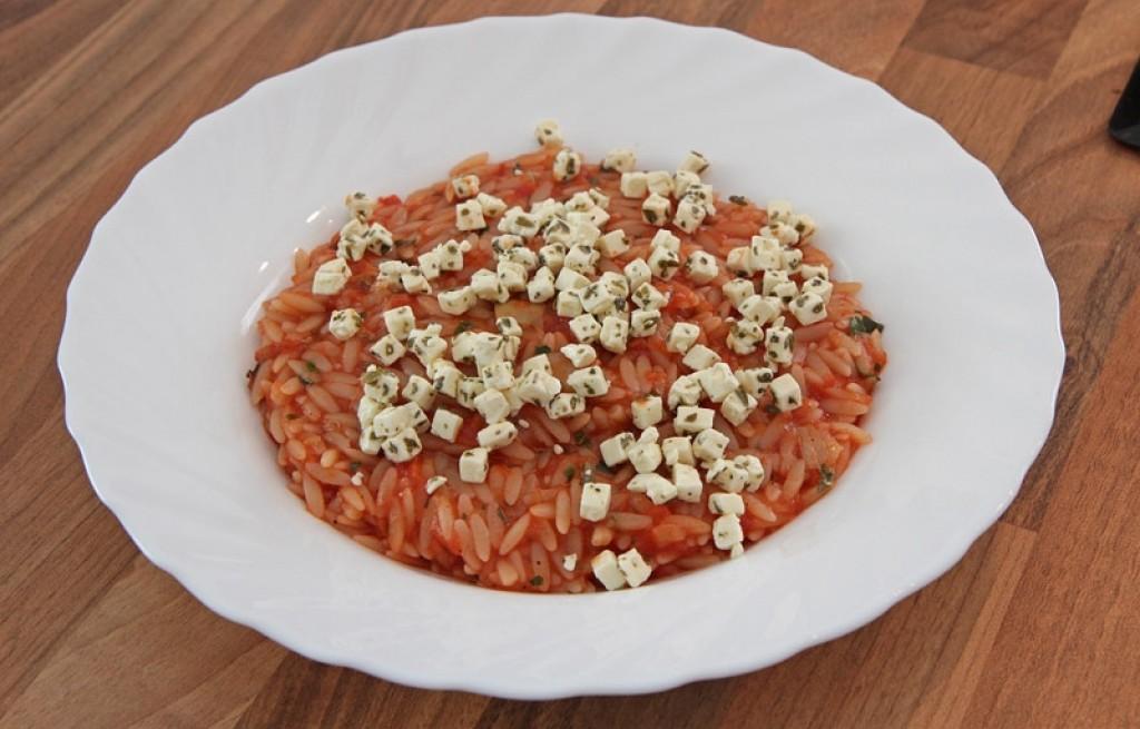 Ryż w sosie pomidorowym z fetą